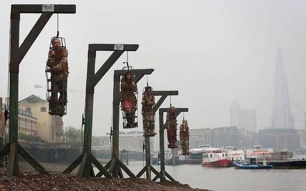 Nhiều phim về cướp biển tái hiện lại cảnh treo cổ ở bên bờ sông Thames. Ở đây, một cảnh trong phim Cánh buồm đen (2014). Ảnh: Mischief PR