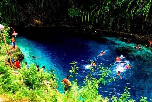 Hinatuan Enchanted, con sông nước lợ ở thị trấn Hinatuan, là điểm đến du lịch rất nổi tiếng ở Philippines. Nước sông ở đây lúc nào cũng trong vắt, nhưng điều khiến Hinatuan trở nên mê hoặc với du khách nằm ở bí ẩn về điểm khởi nguồn. Sông có dòng chảy đổ ra Thái Bình Dương, nhưng lại không có nguồn, theo Rappler.
