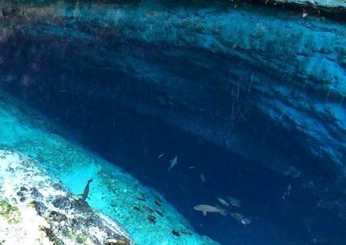 Đối với người dân địa phương, dòng sông này rất linh thiêng. Họ tin rằng mỗi khi đêm xuống, khi cảnh vật đã ngủ say, nơi đây là chốn hẹn, tụ tập hát hò của các nàng tiên cá. Khi tiên cá chạm vào nước, các gợn sóng trên mặt sông dường như tan biến và Hinatuan trở nên trong vắt như một chiếc gương soi.