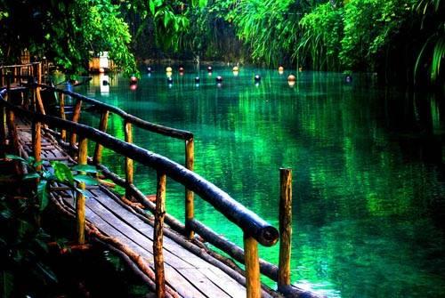 Thời điểm này, nhiều trang web du lịch đã đưa ra cảnh báo du khách nên phối hợp với văn phòng du lịch địa phương khi có ý định tới thăm con sông này. Cơ quan an ninh của Philippines đã ghi nhận sự có mặt của các nhóm nổi dậy trong khu vực Caraga, bao gồm cả Surigao del Sur, nơi có con sông thần thánh đang ngày đêm chảy ra biển lớn.
