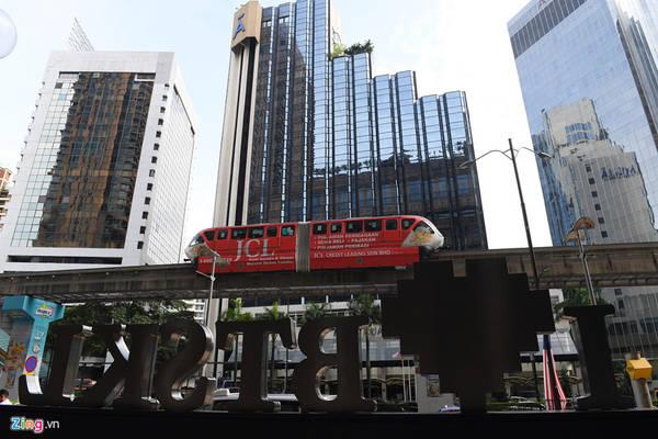 Trong khi hệ thống đường sắt nội đô tại Việt Nam còn đang xây dựng dở dang, thậm chí bị chậm tiến độ nhiều năm liền thì tại một số thành phố lớn của các nước cùng khu vực Đông Nam Á như Singapore, Thái Lan, Malaysia, Philippines... đã đưa vào phục vụ người dân từ nhiều năm nay.
