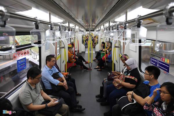 Mỗi đoàn tàu ở tuyến metro tự động có 64 chỗ ngồi ghế và một khoảng trống có thể chở được 350 hành khách khác vào giờ cao điểm.
