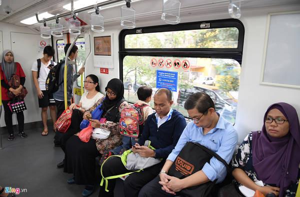 Tốc độ chạy tàu trung bình vào khoảng 38 km/h, do độ dốc dọc mạng metro là không đáng kể, tối đa chỉ 5% (1-in-20) nên tàu vận hành khá êm ái, thậm chí có thể ru ngủ được hành khách ngồi trên toa.