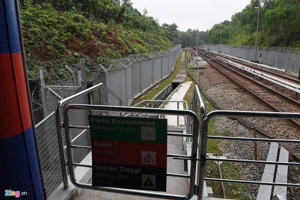 Hàng rào an toàn của hệ thống khá kiên cố với tường thép cao 3 m kết hợp dây thép gai phủ kín bên trên. Mỗi sân ga đều có các nút báo hiệu cấp cứu, điện thoại hai chiều phục vụ hành khách kết nối với trạm kiểm soát trung tâm.