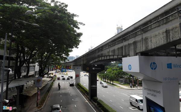 Các cột trụ của hệ thống đường sắt trên cao chạy bên trong thành phố được thiết kế nhỏ gọn, vững chắc. 3 hệ thống tàu điện tại KL có hơn 100 nhà ga, điểm dừng thuận tiện cho hành khách. Một số ga còn xây dựng riêng lối đi tắt dành cho học sinh sinh viên các trường nằm sát nhà ga.