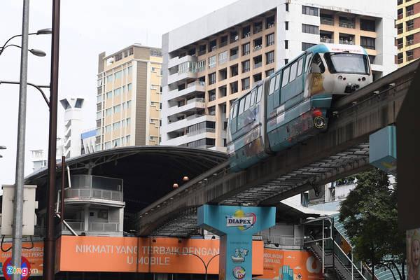 Có 3 tuyến đường sắt nội đô chính ở Kuala Lumpur bao gồm LRT (Light Rail Transit); là loại hình tàu điện với 2 tuyến chính là LRT Kelana Jaya và LRT Ampang Line. KL Monorail là loại hình tàu điện trên cao một đường ray khá phổ biến ở Malaysia, với quãng đường 8,6 km, chạy qua 11 trạm. Tuyến còn lại là KTM Komuter, loại hình tàu hỏa, hoạt động với 2 tuyến chính là Tanjung Malim - Sungai Gadut và Batu Caves - Pelabuhan Klang, kết nối các thị trấn ngoại ô thành phố.