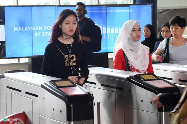 Giống như các nước trên thế giới, Metro tại KL cũng sử dụng hệ thống kiểm soát vé tự động bằng các cửa điện tử. Hành khách mua vé lẻ hoặc vé tháng sẽ sử dụng thẻ từ hoặc chip để quẹt qua cửa ra vào. Chỉ với số tiền tương đương 5.000 VNĐ hành khách có thể đi chặng ngắn và hơn 10.000 VNĐ cho chặng dài qua nhiều ga. Người dùng vé tháng còn kinh tế hơn rất nhiều.