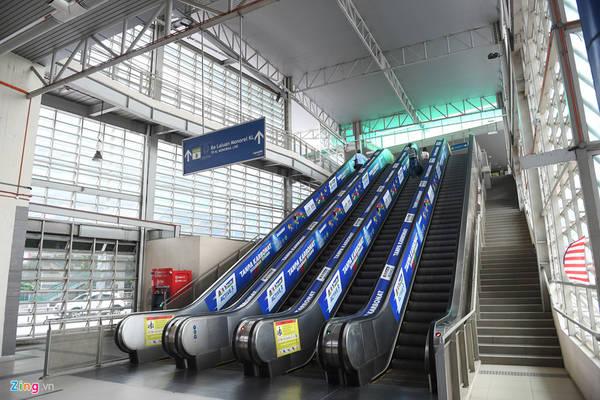 Các nhà ga sử dụng thang cuốn tự động, bên cạnh có các cầu thang bộ, thang máy hỗ trợ trẻ em, người già, người khuyết tật và khách du lịch mang nhiều hành lý cồng kềnh.