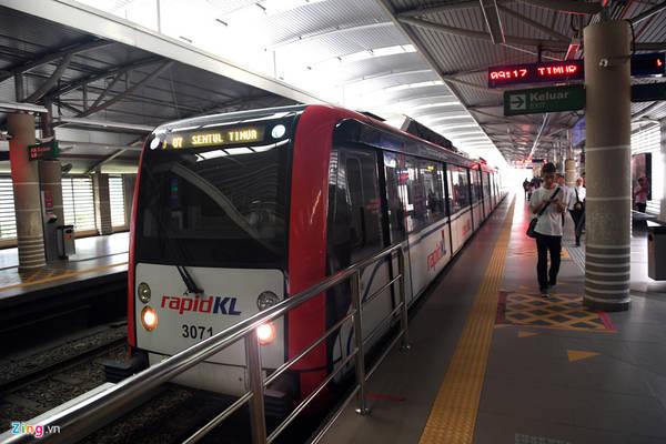 Các tuyến tàu, bao gồm cả LRT và MRT thường bắt đầu chạy từ 6h sáng đến 0h hôm sau. Ngoài tuyến Monorail chạy đều đặn 5 phút/chuyến, các tuyến còn lại có thời gian chờ đợi khá chênh lệch từ 1,5 phút cho tới 10 phút tuỳ vào các khung giờ trong ngày.