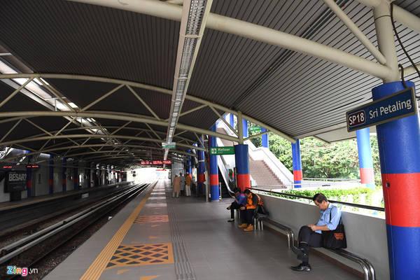 Hạ tầng các nhà ga không khác nhiều so với Metro đang xây dựng tại Hà Nội với khung mái lớn, sảnh chờ rộng rãi, không có vách ngăn an toàn ở các ga nổi (chỉ có vách ngăn an toàn lên tàu ở các ga ngầm), ghế chờ cho hành khách...