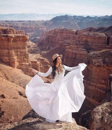 Bức ảnh được chụp tại Charyn Canyon ở Kazakhstan. Ninelly đã đi nhiều nơi nhưng cô bắt đầu thực hiện bộ ảnh khi thực hiện chuyến đi đến các quốc gia New Zealand, India, Scotland, Italy, Turkey, Georgia, Israel, Kazakhstan.