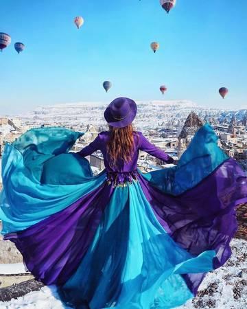 Với mỗi địa điểm, cô gái Nga đều nghiên cứu trước để chọn bộ trang phục cho phù hợp với tone mày của khung cảnh xung quanh. Sau tà váy xanh tím, di sản thế giới ở Cappadocia ở Thổ Nhĩ Kỳ khoác một vẻ nhẹ nhàng.