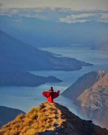 Không chỉ chụp ảnh ở những công trình kiến trúc, Ninelly không ngại mạo hiểm, diện bộ váy áo loè xoè leo ra những mỏm núi khá hiểm trở để cho ra những khuôn hình để đời. Bức ảnh chụp tại mỏm Roys Peak Wanaka, New Zealand.