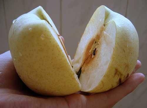 Chia sẻ quả lê gần như một điều cấm kỵ ở Trung Quốc. Ảnh: Ichineselearning.