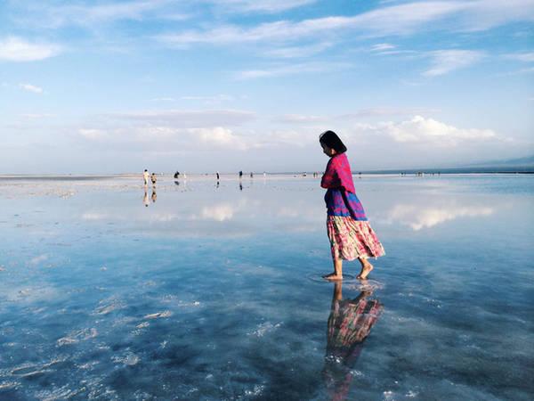 Thời điểm tôi ghé thăm hồ muối là vào tháng 7, du khách đã rất đông do trùng với mùa du lịch của tỉnh Thanh Hải. Do vậy, vé máy bay cũng rất đắt. Ảnh: Tibet Travel Blog.