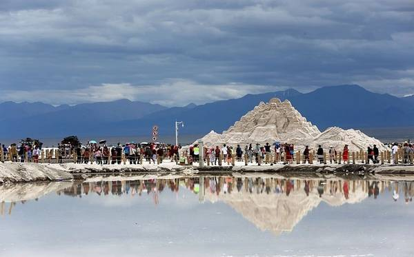 Quãng đường đi bộ từ khu bán vé đến hồ muối khoảng 15 phút đi bộ, trên đường đi bạn sẽ nhìn thấy các công trình điêu khắc từ muối hoành tráng. Ảnh: ESCN.