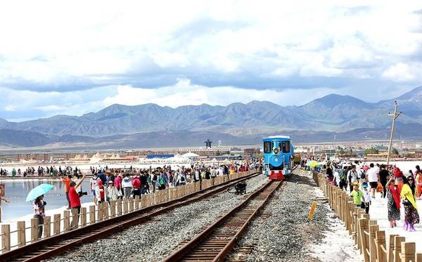 Du khách có thể lựa chọn đi bộ hoặc ngồi tàu hỏa. Giá vé tàu hỏa là 50 tệ (khoảng 170.000 đồng) nhưng phải xếp hàng chờ đến lượt rất lâu. Do vậy, tôi chọn cách đi bộ để tiết kiệm thời gian, lại có thể vừa đi vừa chụp ảnh phong cảnh. Ảnh: ESCN.