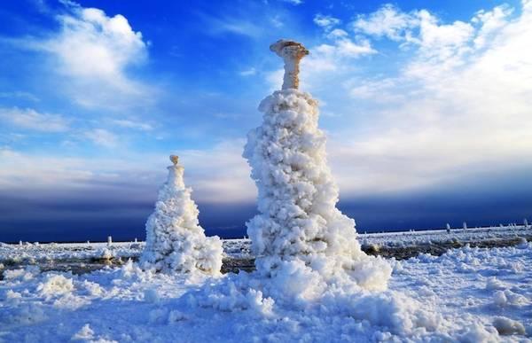 Tuyết bao phủ khu vực quanh hồ Manas tại khu tự trị Tân Cương. Do ở vĩ độ cao nên tầm tháng 10-11, khu vực này đã chìm trong giá lạnh.