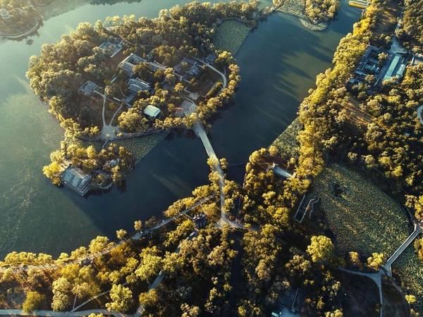Khu nghỉ dưỡng núi Thừa Đức, tỉnh Hà Bắc nhìn từ trên cao. Nắng mùa thu dịu dàng chiếu trên tán cây, dòng sông nhỏ hiền hòa.
