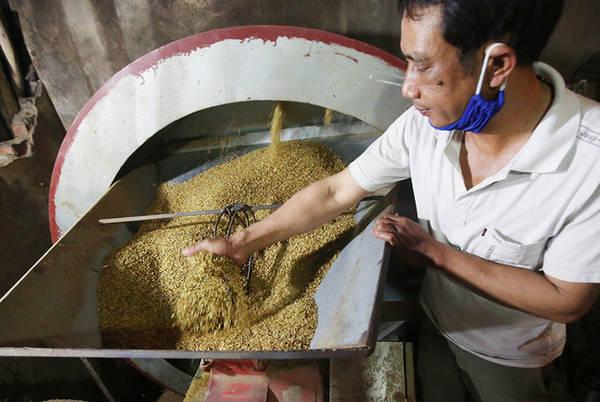 Ở nhiệt độ 80 độ C, lúa sẽ được đưa vào chảo rang đến khi hơi nước bốc lên ít, hạt chắc, căng, mẩy và hương thơm nghi ngút thì sẽ mang sang máy nghiền vỏ. Thông thường công đoạn này mất 2 tiếng đồng hồ.