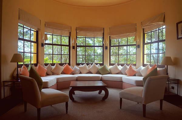 Nội thất của các biệt thự hầu như được giữ nguyên trong quá trình trùng tu, từ các chi tiết nhỏ như: sàn gỗ, công tắc đèn, hệ thống cửa sổ được làm bằng gỗ quý, chiếc lò sưởi… Nhờ vậy du khách khi đến đây đều có cảm giác như đang ở trong một ngôi nhà kiểu Pháp chính hiệu.