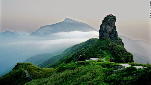 """Núi Fanjing là điểm đến nổi tiếng của Quý Châu, thu hút lượng lớn du khách quanh năm, tuy nhiên làng Zhaibao gần như vô danh khi đứng cạnh """"gã khổng lồ"""". Ảnh: CNN."""