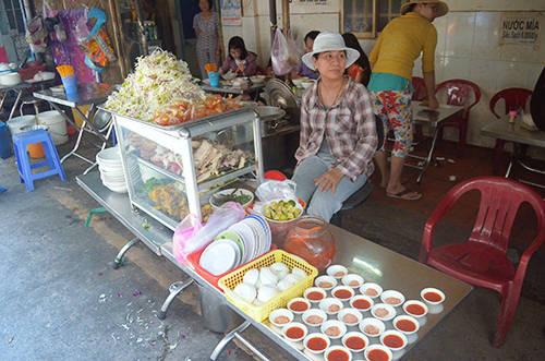 Giá cho một tô bún num bo chóc dao động trong khoảng 30.000 đồng. Các quán ăn ở đây thường mở đến 6 giờ chiều. Ảnh: Phong Vinh.