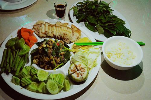 Món rau luộc chấm với mắm bò hóc và ăn với cơm trắng thường là biến tấu phổ biến. Ảnh: Phong Vinh.