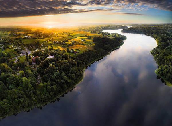 Đây là hình ấn tượng của mặt hồ Asveja ở thị trấn Dubingiai (Moletai).