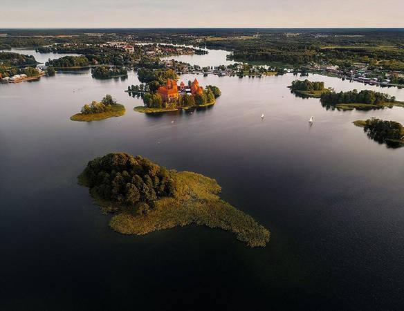 Lâu đài được xây dựng từ thế kỷ 14 trên hòn đảo Trakai nhỏ bé ở hồ Galvė.