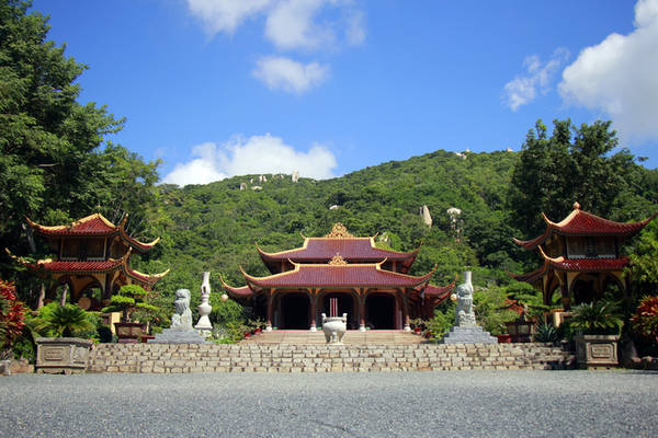 Thiền viện Trúc lâm Chân Nguyên tọa lạc dưới chân núi Kỳ Vân, huyện Đất Đỏ, Bà Rịa - Vũng Tàu. Thuở nguyên sơ, chùa là một am nhỏ. Năm 1987, hòa thượng Thích Thông Luận đã về sửa chữa và tu hành ở đây.