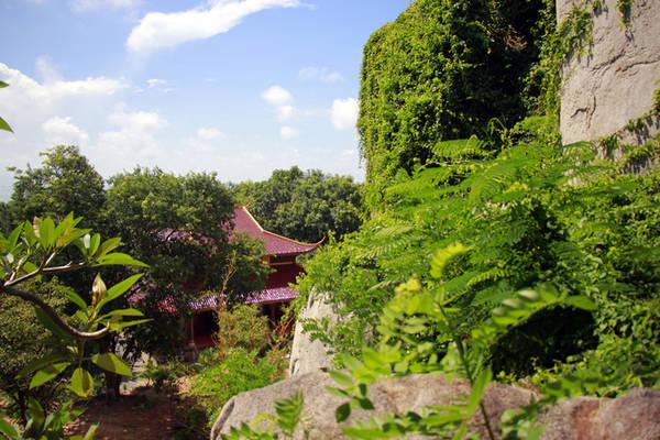 """Nằm ở thế """"tọa sơn hướng thủy"""", chùa gây ấn tượng bởi sự thanh tịnh của chốn thiền môn giữa núi rừng. Chùa có kiến trúc đơn sơ, thờ đức Phật Thích Ca thiền định trên tòa sen."""