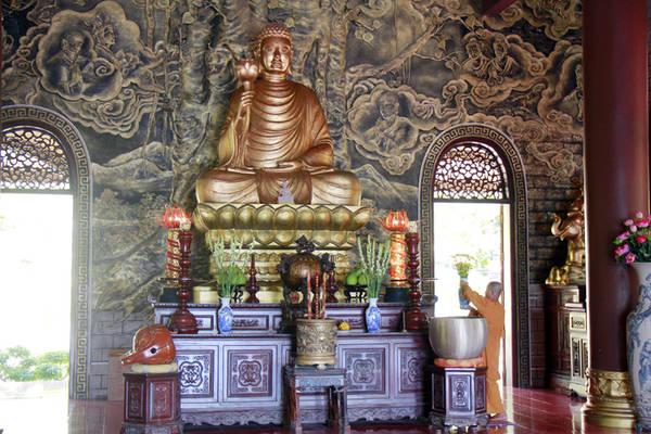 Được xây cách đây 9 năm, khu Chánh điện xây dựng khang trang mang kiến trúc gần giống với Thiền viện Trúc lâm Đà Lạt.