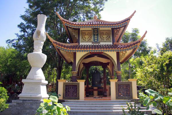 Tháp chuông, tháp trống và hai ngọn đèn dầu cỡ lớn được đặt hai bên sân chùa.