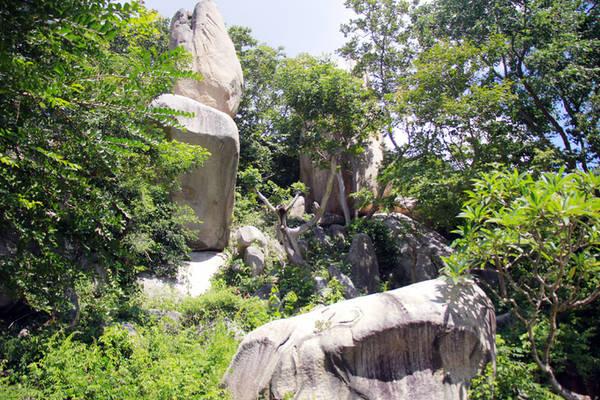 Phía sau Chánh điện là những kiệt tác bằng đá khổng lồ được thiên nhiên ban tặng. Mỗi khối đá nặng hàng chục tấn với hình thù kỳ lạ.