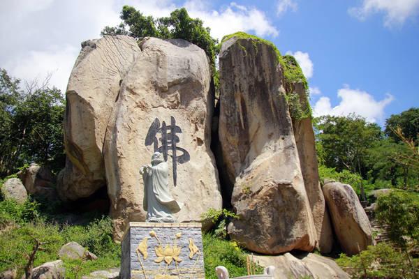 Chữ Phật được khắc lên cụm những hòn đá lớn nhất trong khuôn viên chùa.
