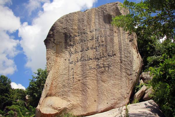 Thơ của thiền sư Chân Nguyên khắc trên khối đá hình voi. Thiền sư Chân Nguyên (1647 - 1726) có pháp danh là Tuệ Đăng. Ông là người có công khôi phục lại thiền phái Trúc Lâm đời Trần tại miền Bắc.