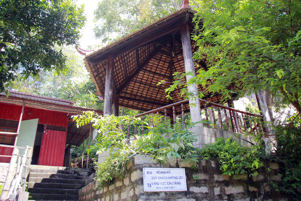 Trên sườn núi, nhiều am nhỏ đơn sơ được xây dựng, dành cho các vị sư tu tập.