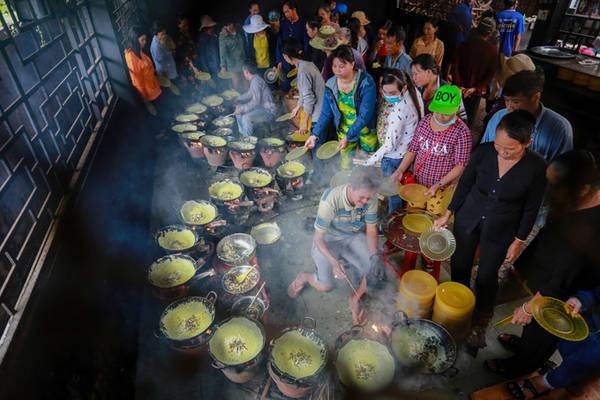 """Thiền viện Đông Lai có tên gọi khác là chùa Phật nằm, hay """"chùa bánh xèo"""", bởi nhà chùa thường đãi miễn phí bánh xèo chay cho các phật tử đến cúng viếng. """"Từ năm 1999, thấy phật tử về chùa cúng dường, các thầy trong chùa mới nghĩ ra việc làm bánh xèo chay thết đãi khách. Lúc đầu chỉ là đổ chơi thôi, rồi tiếng lành đồn xa, khách đến chùa ngày một đông, từ vài cái chảo thì đến nay đã lên hơn 40 cái và phục vụ khách các ngày trong tuần"""", ông Bùi Văn Tám, đầu bếp làm bánh hơn 10 năm tại chùa, kể."""
