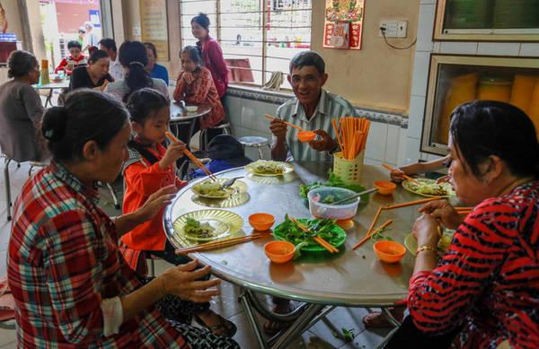Khu nhà ăn rộng rãi, dành cho du khách ngồi nghỉ ngơi và thưởng thức bánh. Tại đây, du khách cũng có thể quyên góp tiền vào thùng từ thiện.