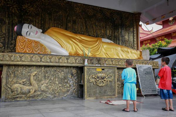 Một góc khuôn viên chùa để du khách tham quan, vãn cảnh.