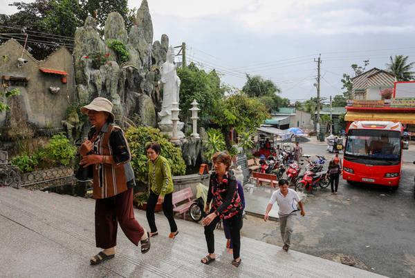 Ngôi chùa nằm ven quốc lộ 91, thuận tiện cho du khách thập phương viếng thăm vào ngày cuối tuần.