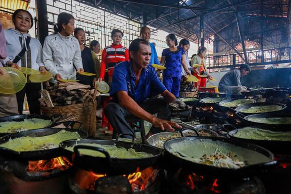 """Cũng theo ông Tám, hiện chùa có hơn 10 người tình nguyện làm bánh xèo chay. """"Bếp lúc nào cũng có 2-3 người đổ bánh và 3 người thay thế để phục vụ nhu cầu của phật tử, du khách"""", ông Tám nói."""