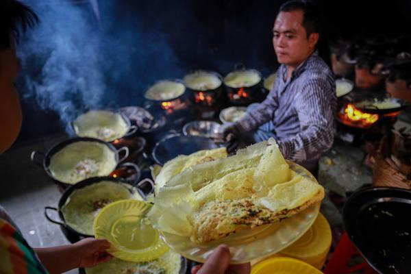 Ngày thường, chùa chỉ đổ hai giàn chảo với khoảng 300 chiếc bánh, vào ngày cuối tuần phải huy động 3-4 giàn chảo. Kinh phí đổ bánh do các phật tử tự nguyện đóng góp.