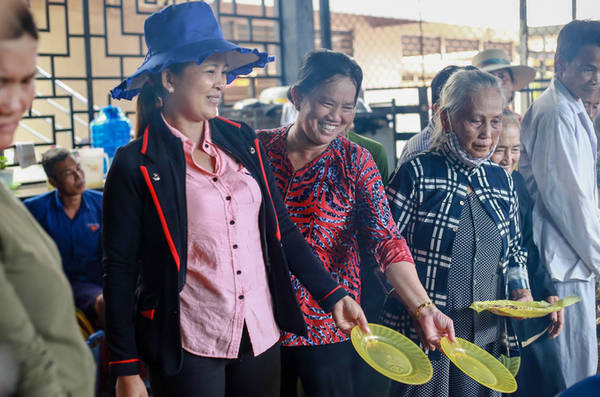 Thực khách thưởng thức bánh chỉ việc xếp hàng vòng quanh các giàn chảo, đầu bếp sẽ đổ bánh vào đĩa cho từng người.