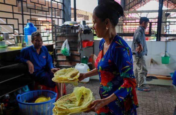 """""""Bánh xèo chay ở đây rất ngon. Năm nào đi về An Giang, tôi cũng ghé thăm chùa để thưởng thức món này"""", bà Như, quê ở Cần Thơ, cho biết."""