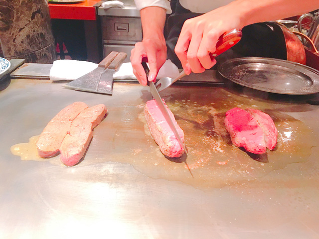 Bò kobe được nướng trên ngọn lửa 300 độ và chỉ 1 đến 2 phút cho mỗi mặt. Ảnh: Huỳnh Lê Đức Hợp