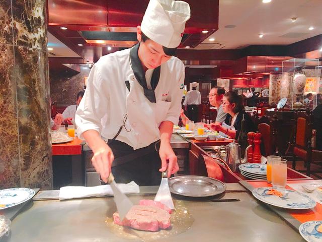 Đôi tay thoăn thoắt khi biểu diễn chế biến món bò kobe trước mặt thực khách. Ảnh: Huỳnh Lê Đức Hợp