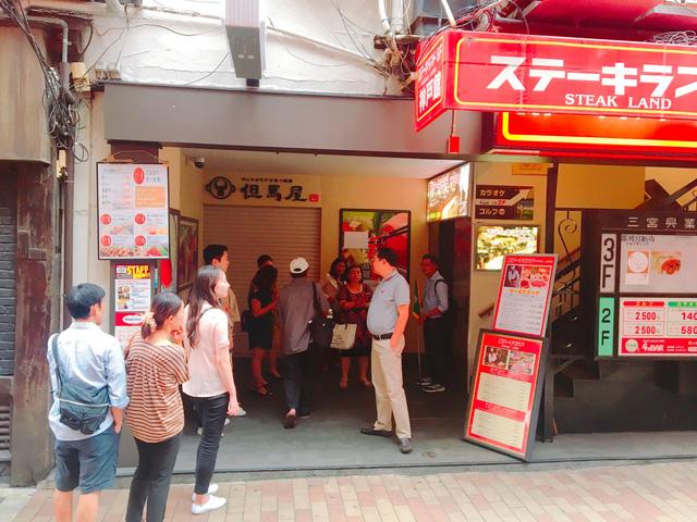 Phải đặt trước 3 tuần và xếp hàng đúng giờ khi đến quán bò Kobe nổi tiếng này. Ảnh: Huỳnh Lê Đức Hợp