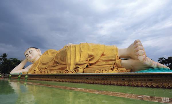 Bago: Thành phố cảng ở miền nam Myanmar đã từng là thủ đô của vương quốc cổ Mon. Nơi đây được biết đến với Shwethalyaung, tượng Phật nằm khổng lồ dài khoảng 55 m, cao 16 m. Theo một số nguồn tin, bức tượng được tạo ra năm 994 và bị mất khi thành phố bị cướp và phá hủy vào năm 1757. Hơn một thế kỷ sau, bức tượng được tìm thấy và phục dựng. Ảnh: Flymya.